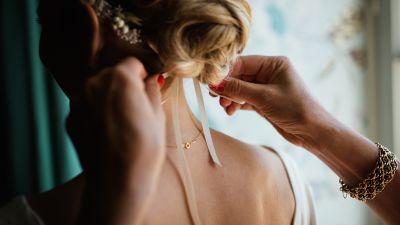 tying-hair-1846171_1920.jpg